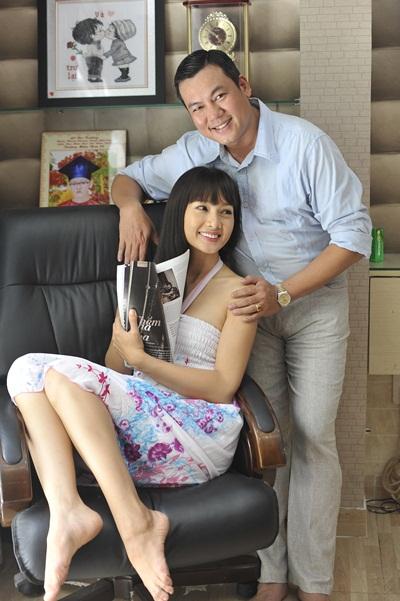 Không chỉ hạnh phúc có người vợ tâm đầu ý hợp, Giám đốc công ty người mẫu PL Thanh Long còn rất tự hào về vợ, một người luôn cần mẫn làm việc, cống hiến cho nghệ thuật.