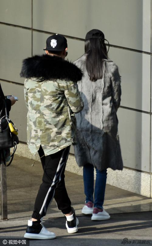 Ngày 25/11, giới săn tin bắt gặp Huỳnh Hiểu Minh và Angelababy tại sân bay ở Bắc Kinh, Trung Quốc. Nam diễn viên điển trai đưa vợ tới tận sân bay, đưa cô lên máy bay rồi mới yên tâm quay về nhà. Do công việc bận không thể thu xếp để tháp tùng vợ trong chuyến bay lần này nên Huỳnh Hiểu Minh chỉ có thể đưa vợ tới sân bay.