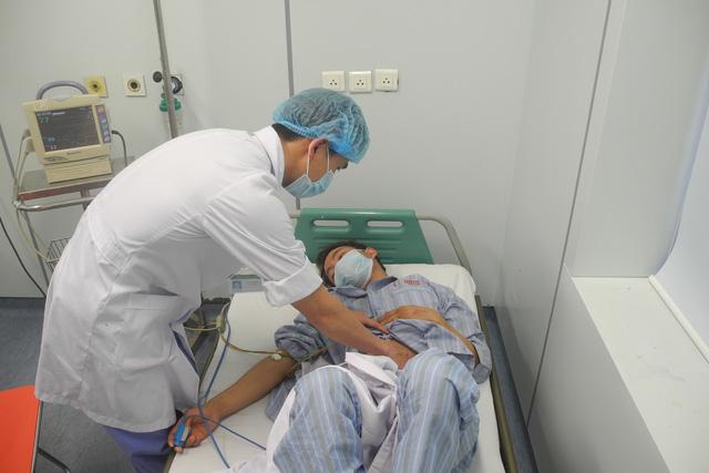 Chăm sốc cho bệnh nhân bị viêm màng não do mô cầu tại BV Bệnh nhiệt đới Trung ương. Ảnh minh họa: T.Nguyên