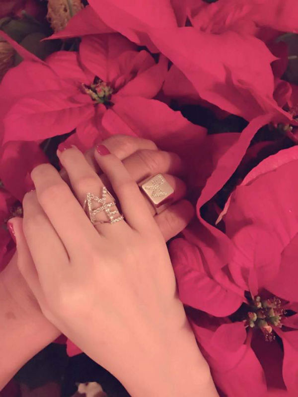 Cô hạnh phúc khi nắm tay người yêu giàu có và danh tiếng.