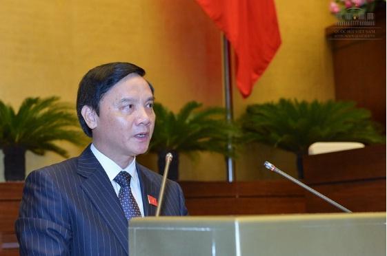 Báo cáo thẩm tra do Chủ nhiệm Ủy ban Pháp luật Nguyễn Khắc Định trình bày. Ảnh: T.G