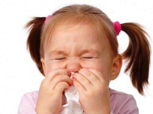 Các chuyên gia khuyến cáo, phụ huynh nên giữ ấm cơ thể, đồng thời cho trẻ ăn uống đầy đủ chất dinh dưỡng để phòng ngừa cảm lạnh. Ảnh minh họa