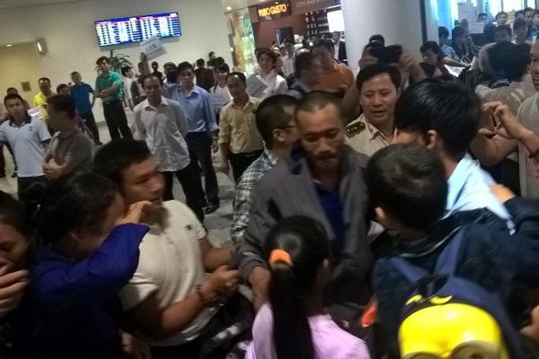 Thuyền viên Việt Nam bị cướp biển Somali bắt cóc 4 năm trước vừa về tới sân bay Nội Bài chiều 25/10 trong sự chờ đón của đông đảo người thân. Ảnh: Internet