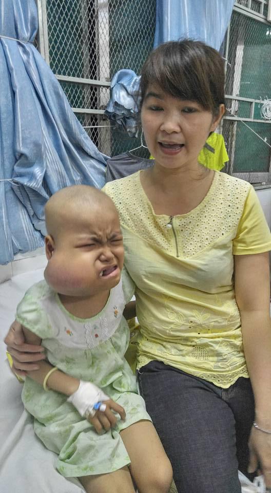 Hai mẹ con bé Ngọc ở bệnh viện. Ảnh Huệ Tâm.