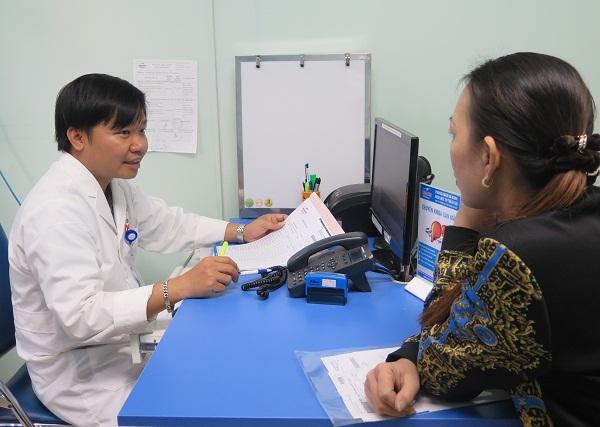 ThS.BS Nguyễn Danh Đức đang khám cho một bệnh nhân. Ảnh: PT