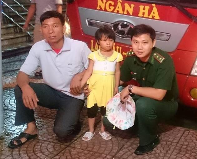 Chiến sĩ Đồn biên phòng Vàng Ma Chải tiễn ông Páo và mẹ con bé Hòa đi Hà Nội chữa mắt. Ảnh: Phạm Tuân