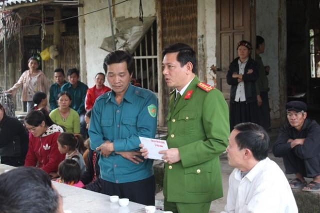 Công an tỉnh Hà Giang đến thăm hỏi gia đình nạn nhân.