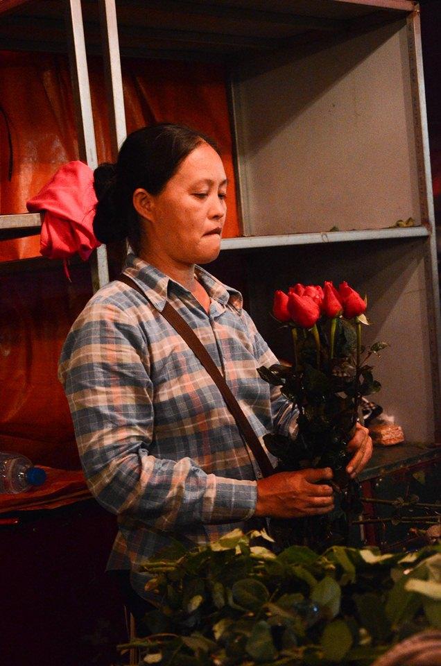 """Với chị Việt Hà thì ngày 20/10 năm nay lại là một trải nghiệm mới vì cô đã tự mở cho mình một sạp hóa dù không quá to nhưng cũng là một nguồn động lực lớn giúp cô cố gắng: """"20/10 năm nay thì sẽ xa chồng nhiều hơn vì phải quản lý tiệm hoa mới mở""""."""