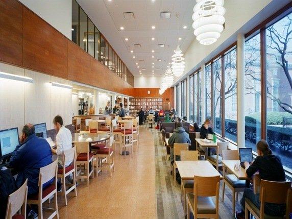 Khu vực cà phê ở thư viện Lamont, thư viện được cho là mở cửa muộn nhất ở Harvard
