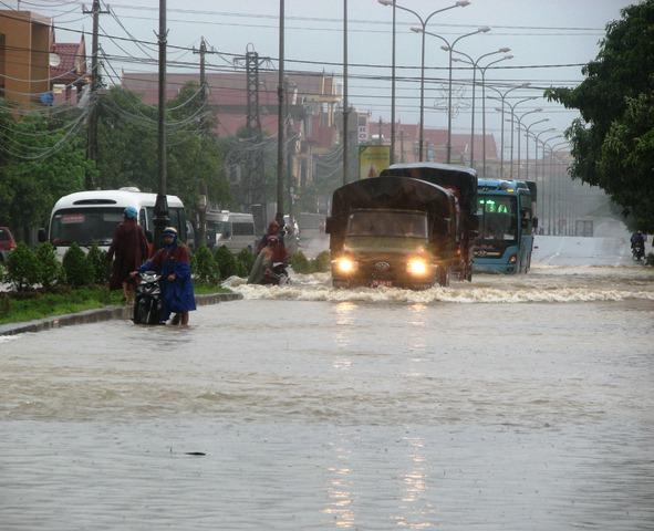 Nước ngập do mưa lũ trên tuyến Quốc lộ 1A tại thành phố Đồng Hới (Quảng Bình) vừa qua. Ảnh: M.K