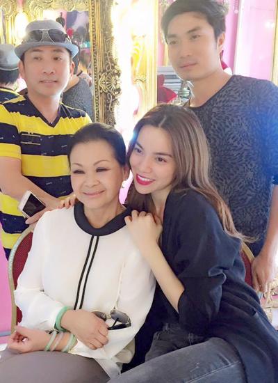 Hồ Ngọc Hà bên danh ca Khánh Ly, ca sĩ Quang Thành (trái) và chuyên gia trang điểm Nguyễn Hùng