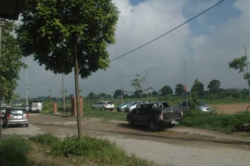 Mới 7h sáng ôtô của bệnh nhân đã xếp kín cổng vào xóm Đình