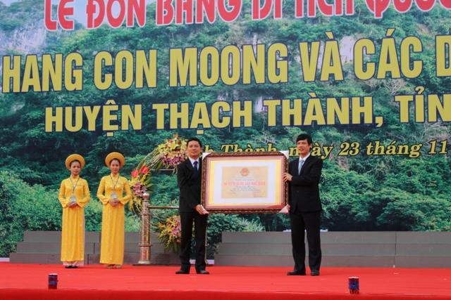 Đón bằng Di tích Quốc gia đặc biệt hang Con Moong
