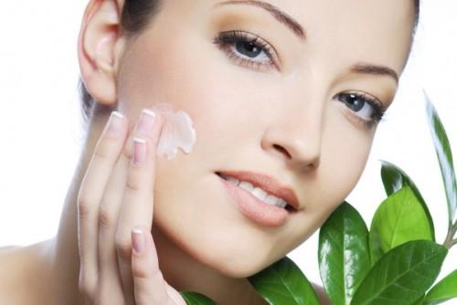 Các chuyên gia chuyến cáo, cần biết sử dụng kem dưỡng ẩm đúng cách để tránh gây hại cho da. Ảnh minh họa