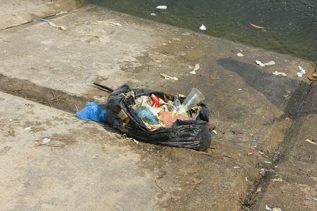 Ngoài bao cao su, băng vệ sinh rác được vớt lên còn có cả một vài chiếc kim tiêm. Ảnh: Q.Anh