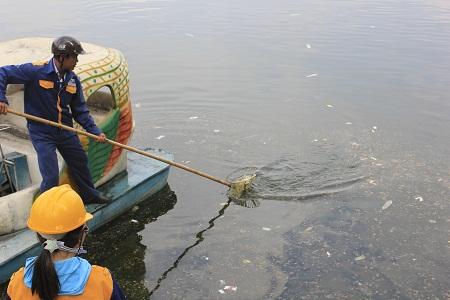 Công nhân vệ sinh vớt rác nhiều giờ đồng hồ mới vớt hết được rác ở hồ ngày 22/11. Ảnh: Q.Anh