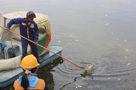 Công nhân môi trường vất vả mất vài giờ đồng hồ mới vớt hết được rác. Ảnh: Q.Anh