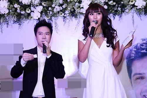 Trong một sự kiện diễn ra ở TP HCM, siêu mẫu Hà Anh có dịp đứng chung sân khấu với Lê Hiếu. Chiều cao chênh lệch của cả hai rất rõ rệt nhưng dường như chàng ca sĩ vẫn tự tin tung hứng ăn ý với người đẹp cao 1,75m.