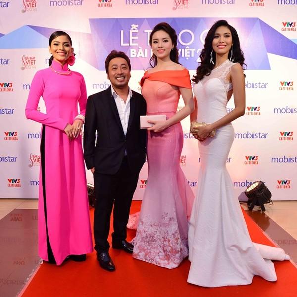 Đạo diễn Quang Dũng lọt thỏm giữa dàn hoa hậu chân dài Trương Thị May , Kỳ Duyên, Lan Khuê.