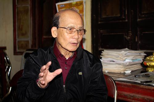 Nghệ sĩ Phạm Bằng trong ngôi nhà trên tầng hai thuộc phố Hàng Giầy, nơi gia đình ông sống 60 năm qua. Ông là người gốc Hà Nội, sống giản dị, chừng mực nên được đồng nghiệp yêu quý.