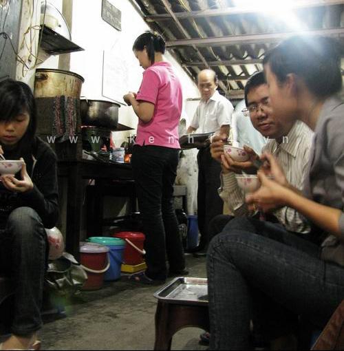 Nghệ sĩ già còn được người hâm mộ nhớ đến bởi quán bánh trôi tàu ở 30 Hàng Giầy, Hà Nội.