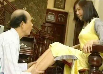 Ông mang cái sợ vợ rất đời của mình lên màn ảnh. Tiểu phẩm Đóng dấu lần đầu ghi dấn ấn Phạm Bằng với vai sếp hói.