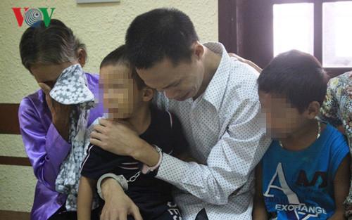 Bị cáo Thịnh ôm 2 con khóc nức nở tại tòa. Ảnh: VOV.