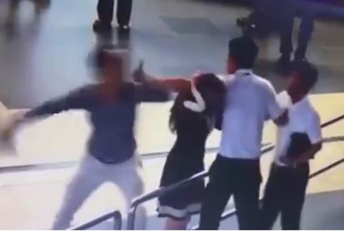 Hình ảnh vụ xô xát tại sân bay Nội Bài được camera ghi lại.