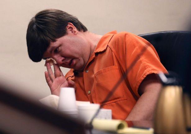 Bị cáo Justin Ross Harris khóc trong phiên xử tại tòa án thành phố Marietta, bang Georgia, Mỹ hôm 22/10. Ảnh: Mirror.