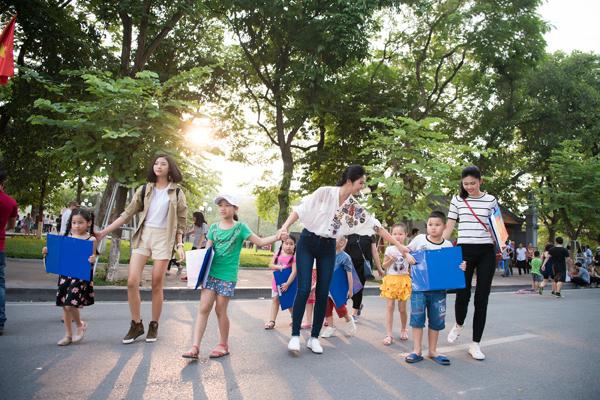 Mặc dù rất bận rộn với công việc nhưng mới đây, Ngọc Hân vẫn cố gắng thu xếp thời gian để cùng Á hậu Thanh Tú và người đẹp top 5 Hoa hậu Việt Nam 2016 Đào Hà tham gia hoạt động ngoại khóa cùng trẻ em. Các người đẹp cùng đi dạy vẽ cho các bé đang sinh hoạt tại Cung Thiếu nhi Hà Nội.