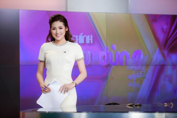 Á hậu Tú Anh khi dẫn một chương trình trên VTV.