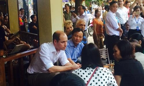 Hoàng tử William ngồi trò chuyện tại quán cà phê. Ảnh: Văn Việt