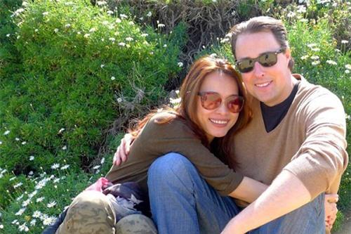 Bù lại, vợ chồng cô dành nhiều thời gian cho nhau và cùng nhau đi du lịch nhiều nơi trên thế giới