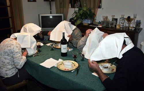 Người ta tin rằng những chiếc khăn trắng trùm kín đầu giúp họ tránh khỏi ánh mắt của Chúa khi ăn thịt sinh linh bé nhỏ và vô tội (Ảnh: MAXPPP).