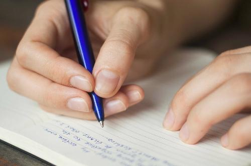 Người viết chữ nhỏ thường nhút nhát, cần cù. Ảnh: Bussiness Insider.