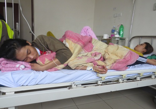 Thiếu giường, các bệnh nhân phải nằm chung giường. Ảnh: Võ Thạnh.