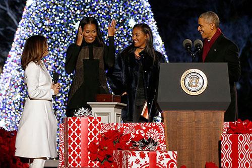 Nhà Obama và diễn viên Eva Longoria (áo trắng) sau khi bấm nút thắp sáng cây thông Noel ở Nhà Trắng tối 1/12. Ảnh: Reuters