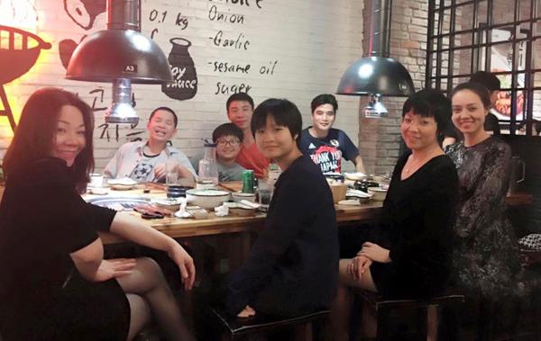 Công Lý hội ngộ với vợ cũ, bạn gái mới và hai con vào cuối tuần qua. MC Thảo Vân và Ngọc Hà - người yêu hiện tại của Công Lý thân thiết ngồi cạnh nhau.