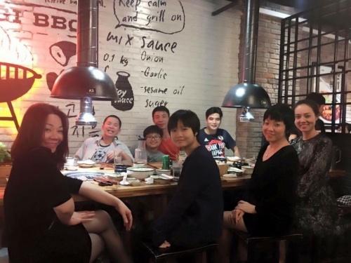 Bức ảnh thân thiết của gia đình NSƯT Công Lý cùng hai con, trong đó MC Thảo Vân thân thiết với Ngọc Hà - bạn gái mới của cô Đẩu.