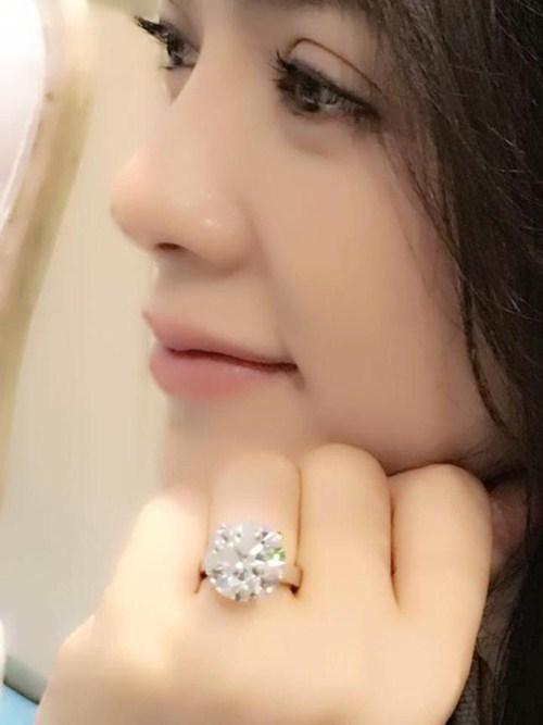 Lý Nhã Kỳ khoe nhẫn kim cương đắt giá.