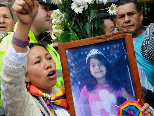 Người thương tiếc cầm di ảnh bé Yuliana trong lễ tiễn đưa. Ảnh: AFP