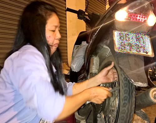 Hàng ngày chị Loan và chồng mưu sinh bằng nghề sửa xe ở góc đường cho đến tận khuya. Ảnh: Hải Duyên.