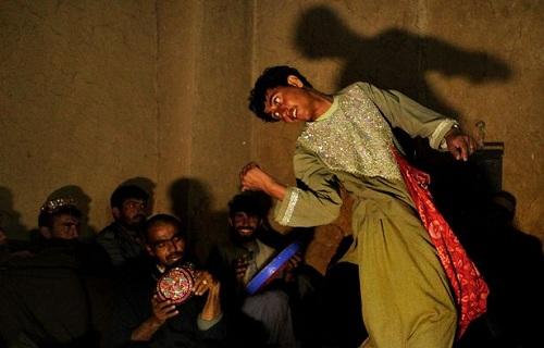 Một trai nhảy đang biểu diễn ở Afghanistan. Ảnh: Mirror