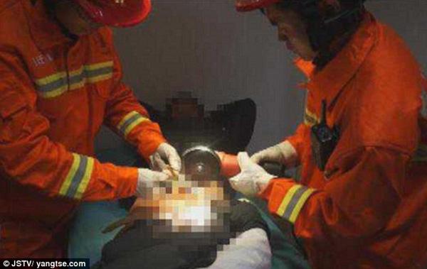 Các nhân viên cứu hỏa giải cứu cho nạn nhân.