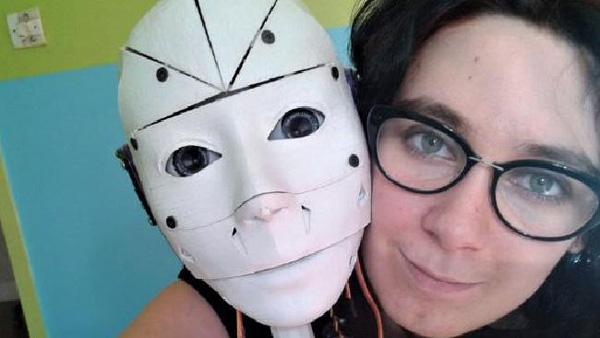 Lilly và người máy Inmmovator. Ảnh: News.com.au