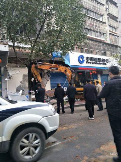 Luo lái máy xúc lớn phá nát các cây rút tiền tự động ở ngân hàng. Ảnh: Shanghaiist