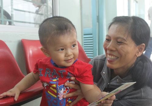 Bé Phát hiện tròn 17 tháng tuổi, lanh lợi khỏe mạnh. Ảnh: Lê Phương.