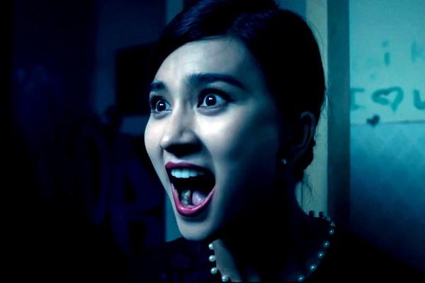 Nhân vật Hương của Kim Tuyến tỏ ra khá thú vị khi còn dám dọa ngược lại cả ma. Ảnh: CGV.
