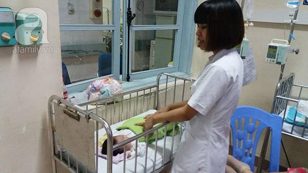 Nữ điều dưỡng Lan Anh đang chăm sóc bé gái