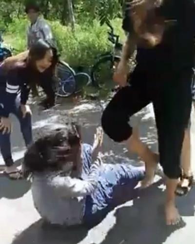 Dung và Lan đánh đấm nạn nhân. Ảnh: Cắt từ clip